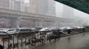 雪が降ってきて、スーパーで4800ウォン(480円)の折りたたみ傘も購入。