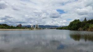 武庫川から宝塚方面を望む