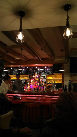 パリのカフェバーにて