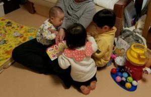 孫たちが長男の膝で集合している