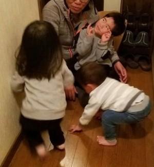 孫3人(4歳、2歳、1歳)からの攻撃を受ける私(66歳)