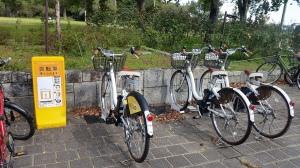小さな公園にもレンタルバイクが設置されているんだ