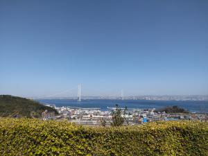 休憩んSAから明石海峡大橋を望む
