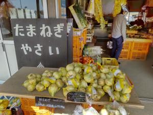 近くにある小さな野菜市場、花も買った。