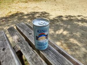 公園で缶コーヒーを飲みながら読書