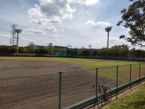誰もいない野球場